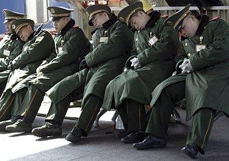 Unavení čínští vojáci spí, strana zato bdí.