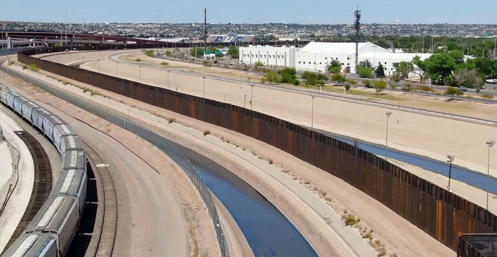 Americko-mexická hranice s pohraničním plotem