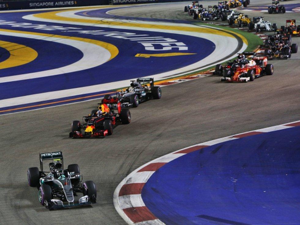 Nico Rosberg v čele Velké ceny Singapuru.