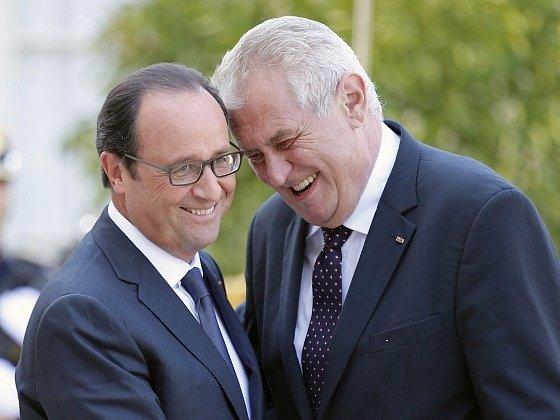 Francois Hollande vítá Miloše Zemana v Elysejském paláci.