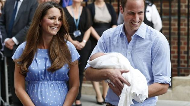 Kate s Williamem a malým princem před nemocnicí.