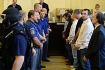 Michael Šváb (druhý zprava) a jeho gang stojí před soudem.