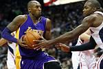 Kobe Bryant z LA Lakers se snaží prosadit proti Atlantě.
