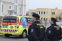 V Internacionální ulici v Praze - Suchdole došlo k výbuchu v bytě palestinského velvyslance, který při incidentu zemřel.