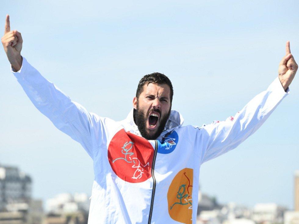 Kajakář Josef Dostál se raduje ze stříbrné olympijské medaile v Riu.