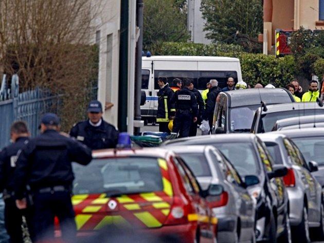 Protiteroristická jednotka podnikla ještě několik marných útoků a nyní s ozbrojencem policie vyjednává.