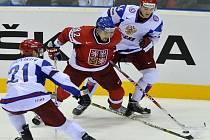 Střelec Tomáš Plekanec (uprostřed) mezi ruskými hráči Konstantinem Gorovikovem (vlevo) a Nikolajem Bělovem.