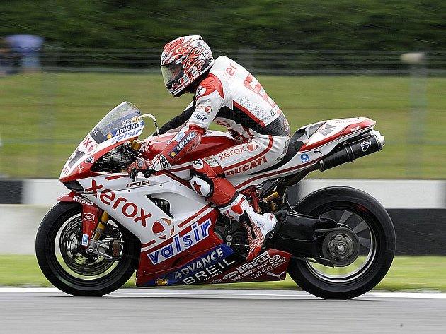Norijuki Haga na své Ducati na trati v Doningtonu.