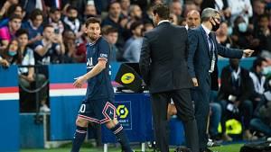 Naštvaný Lionel Messi při střídání.