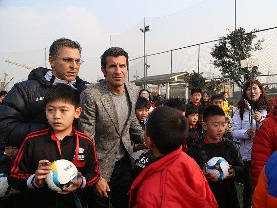 Další fotbalová osobnost v Číně? Luis Figo byl v akademii v Chengdu