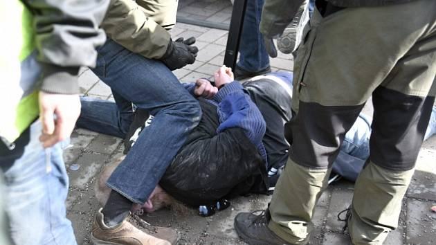 Finského ministra napadl odpůrce přistěhovalectví. Policie ho ihned zpacifikovala.