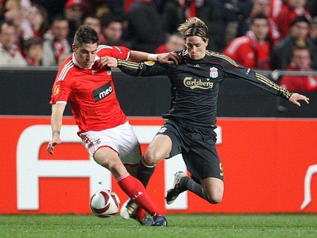 Kanonýr Liverpoolu Fernando Torres (vpravo) v souboji s Francisco Javi Garciou z Benfiky.