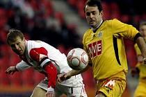 Stanislav Vlček ze Slavie (vlevo) bojuje o míč s budějovickým Tomášem Hunalem.