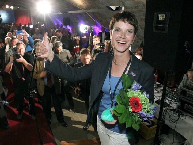 Vlnu pobouření vyvolal dnes na německé politické scéně výrok předsedkyně pravicově populistické strany Alternativa pro Německo (AfD) Frauke Petryové, která nevyloučila použití střelných zbraní při pokusu migrantů o ilegální překročení hranice.