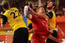 Filip Jícha (v červeném) se snaží prodrat přes obranu Belgie.