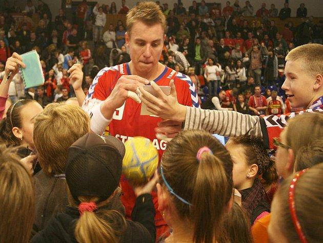 Filip Jícha rozdává podpisy.