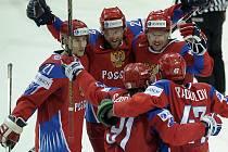 Hokejisté Ruska slaví šťastnou teč Olega Saprykina ve finále s Kanadou.