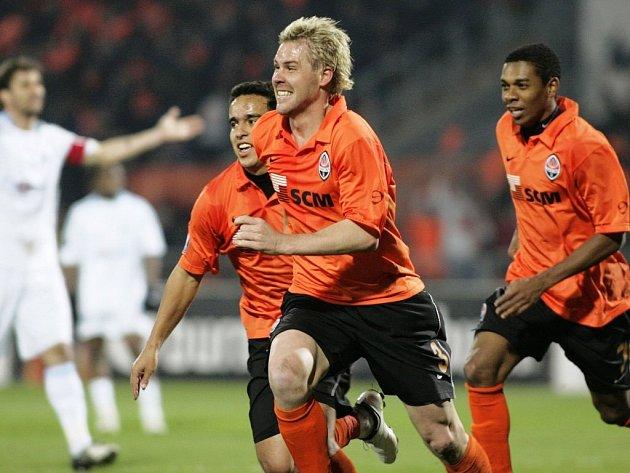 Český obránce Tomáš Hübschman se raduje ze vstřeleného gólu do sítě Marseille. Jeho Šachtar Doněck vyhrál v Poháru UEFA 2:0.