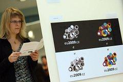 Evropské informační středisko Europe Direct a Eurocentrum České Budějovice zahájili 20. ledna ve foayer krajského úřadu výstavu pod názvem Grafické návrhy loga českého předsednictví.