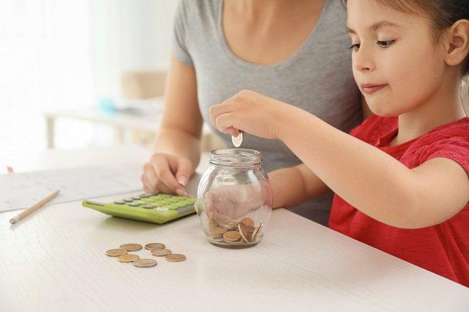 Rodiny s příjmem do 2,7násobku životního minima mohou požádat také o přídavek na dítě.