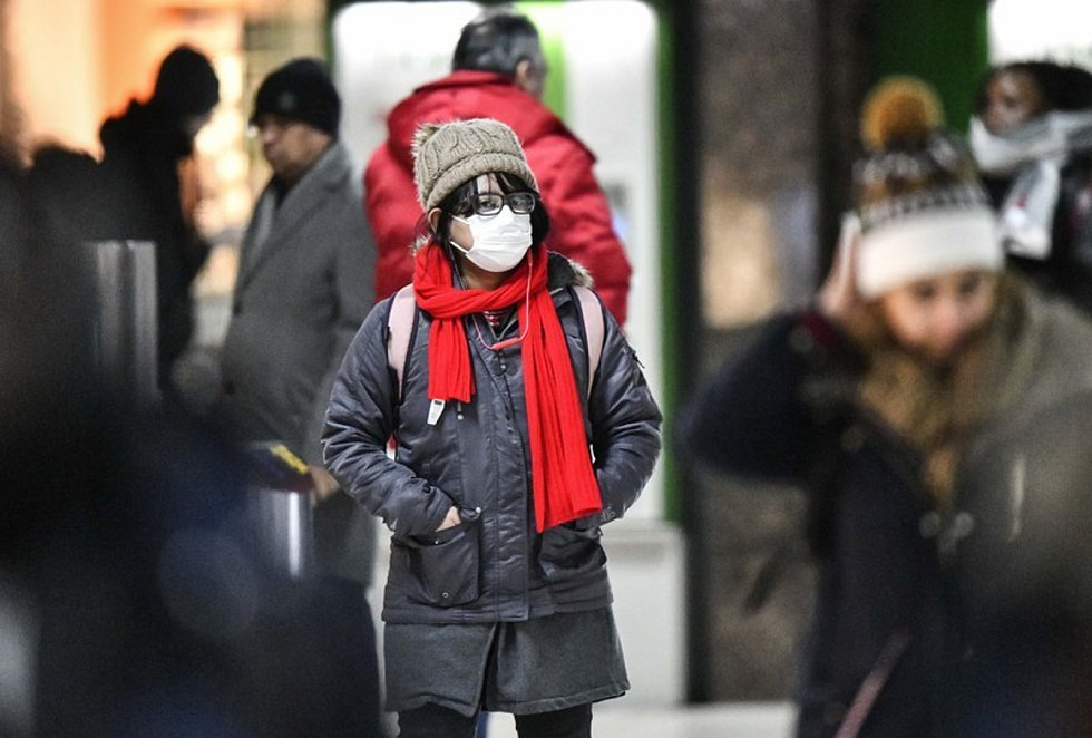 Žena s rouškou na nádraží v Düsseldorfu