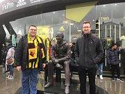 Nicholas Smith (vlevo), věrný fanoušek Watfordu a člen fanklubu anglické reprezentace.
