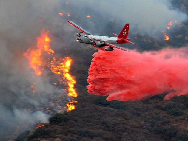 Letadlo hasičů nad Porter Ranch v Kalifornii.