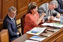 Členové vlády ve Sněmovně (zleva): premiér Andrej Babiš, ministryně financí Alena Schillerová a ministr průmyslu a obchodu Karel Havlíček.