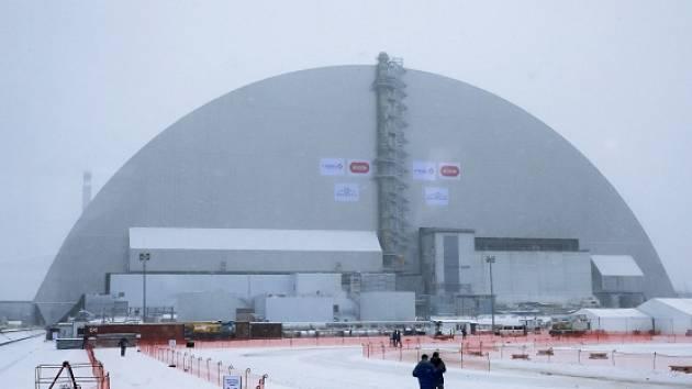 Nová kovová kopule dnes v odstavené jaderné elektrárně v ukrajinském Černobylu zakryla havarovaný čtvrtý reaktor.
