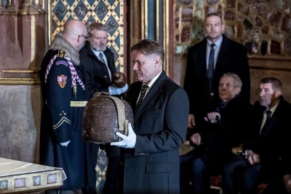 Vyzvednutí korunovačních klenot v kapli sv. Václava v katerdále sv. Víta proběhlo 15. ledna v Praze.