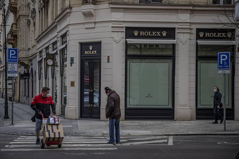 Příjmy luxusních obchodů během pandemického roku prudce klesly mimo jiné tím, že do země přestali jezdit zahraniční turisté.