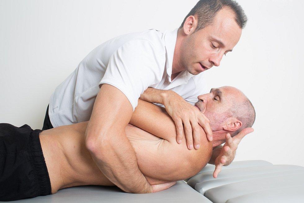 Za alternativní medicínu se dnes považují i celé řady terapií, jako jsou např. akupresura, wellness pobyty nebo nejrůznější typy masáží.