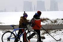 Děti jsou kolem jaderné elektrárny Jasovské Bohunice, o jejímž opětovném spuštění uvažovala slovenská vláda kvůli nedostatku plynu.