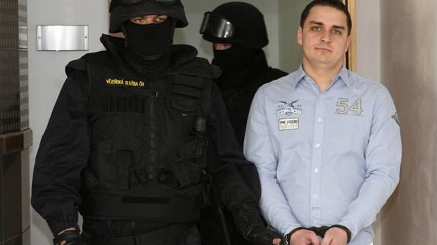BEZPEČNOSTNÍ OPATŘENÍ. Dembinského přivedli do soudní síně maskovaní těžkooděnci s brokovnicemi a samopaly v rukou