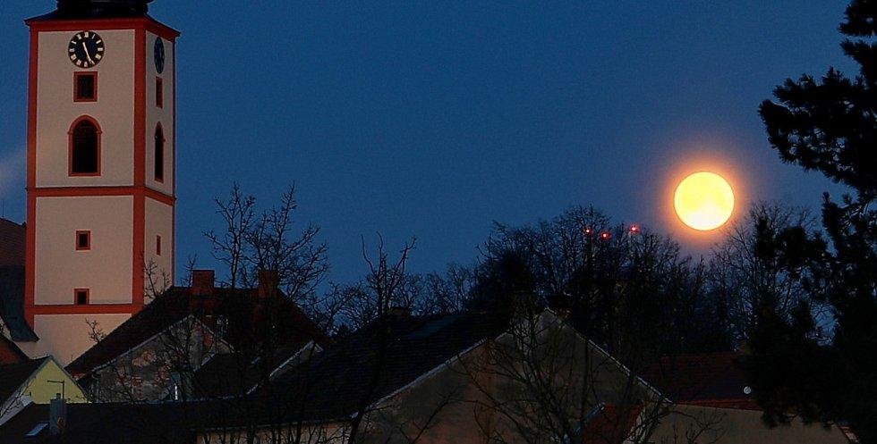 Ranní superúplněk nad Veselím nad Lužnicí vyfotil Roman Růžička.