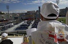 Papež v kázání vyzýval k otevřenosti. Mše se konala na fotbalovém stationu, který má kapacitu 27.000 diváků.
