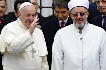 Papež zamířil v Istanbulu do jedné z nejvýznamnějších muslimských svatyní třináctimilionového města, Modré mešity.