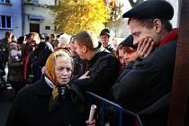 Lidé čekající před českým konzulátem ve Lvově na Ukrajině