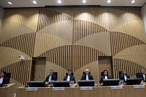 Soudní proces v nizozemském Haagu kvůli sestřelení dopravního letadla společnosti Malaysia Airlines v létě 2014 nad východem Ukrajiny. Z vraždy všech 298 cestujících a členů posádky letu MH17 jsou obviněni tři Rusové a jeden Ukrajinec