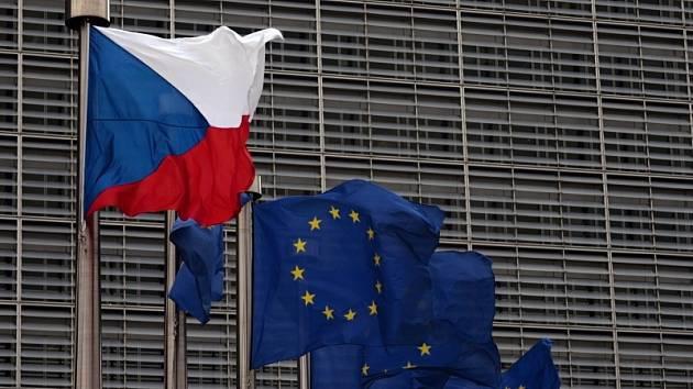 Vlajky České republiky a Evropské unie vlají na stožárech před sídlem Evropské komise v Bruselu.