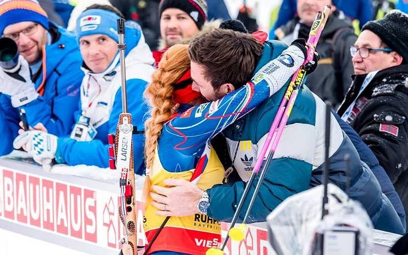 Gabriela Koukalová v cíli vítězného závodu v Ruhpoldingu v objetí s manželem Petrem.