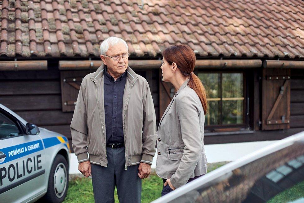 Jaroslav Satoranský coby major Václav Koutný se Soňou Norisovou alias kapitánkou Janou Vinickou v seriálu Policie Modrava.