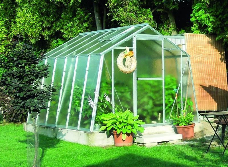 Každý skleník musíte větrat a zavlažovat. Proto není od věci mít do něj zavedenou vodu a elektřinu.