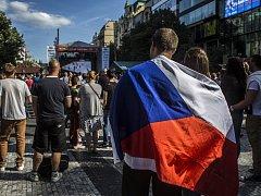 Fanoušci v Praze, kteří u velkoplošné obrazovky sledovali utkání o bronz