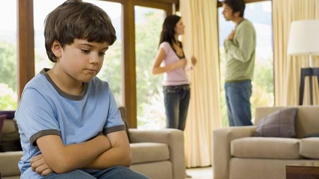 Rozvedení rodiče se často hádají o alimenty.