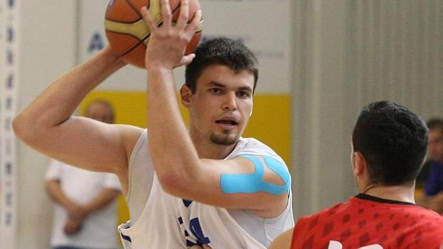 Čeští basketbalisté (v bílém) v přípravném zápase - ilustrační foto