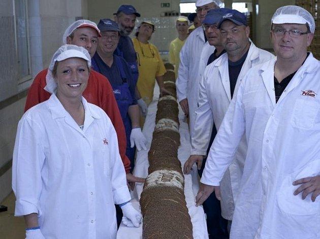 Nejdelší chléb v Česku měří 11 metrů a váží 72 kilogramů.