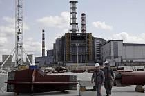 Výstavba nového krytu nad havarovaným blokem jaderné elektrárny, jehož exploze před 26 lety ohrozila radiací i velkou část Evropy.