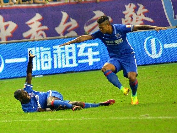 Demba Ba (vlevo) těsně poté, co došlo ke zlomenině nohy.
