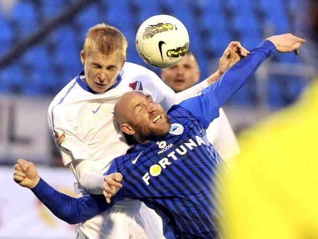 Utkání 25. kola první fotbalové ligy FC Baník Ostrava - FC Slovan Liberec 16. dubna v Ostravě. Michal Frydrych (vlevo) z Baníku a Jiří Štajner z Liberce.